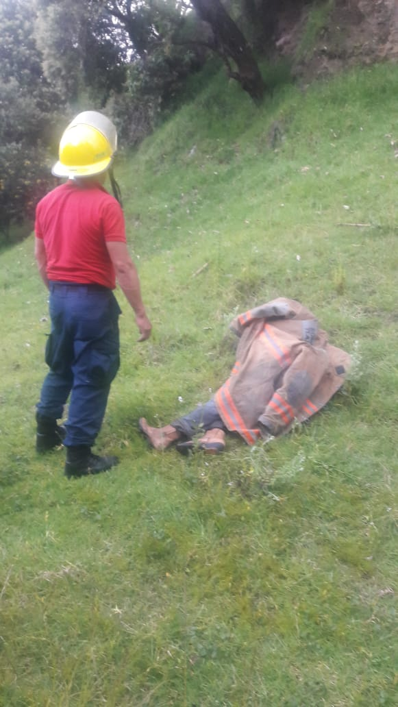 Rescatan con vida a un hombre de unabarranca