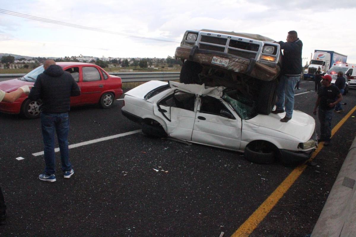 Salva la vida tras aparatoso accidente en el periférico deTlaxcala