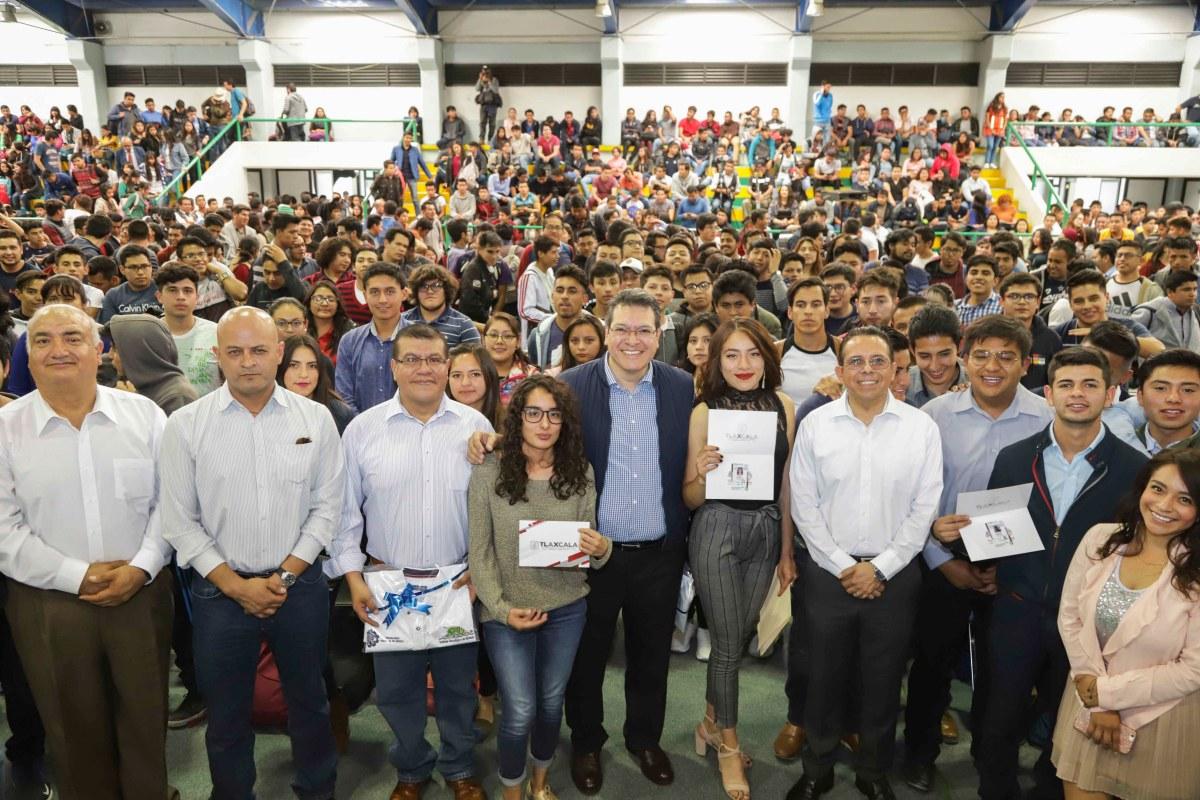 Marco Mena entrega credenciales de descuento en transporte a estudiantes delITA