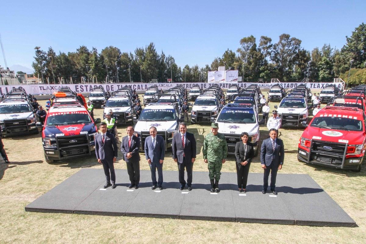 Marco Mena entrega 200 patrullas para la seguridad de losTlaxcaltecas
