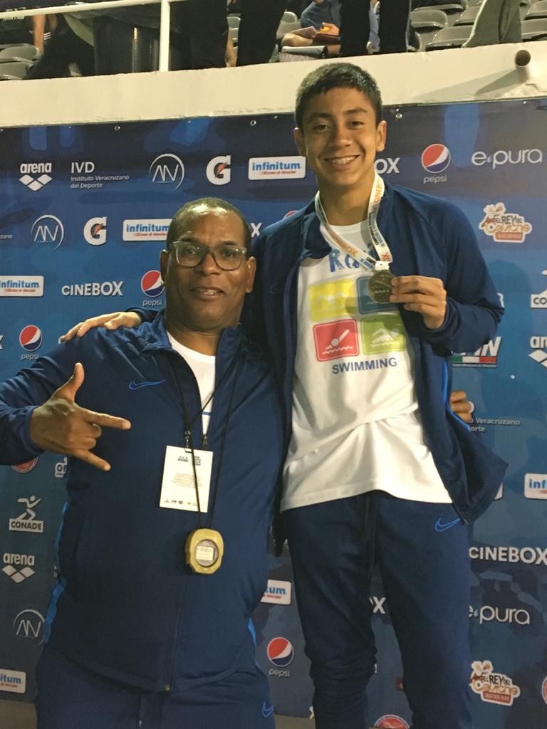 Gana apizaquense medalla de oro en competencia nacional denatación