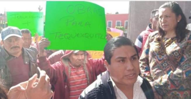 presidente de Tequexquitla y pobladores se manifiestan en el Congreso delEstado