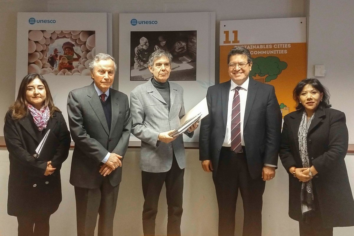 Marco Mena entrega a UNESCO expediente del conjunto conventual SanFrancisco