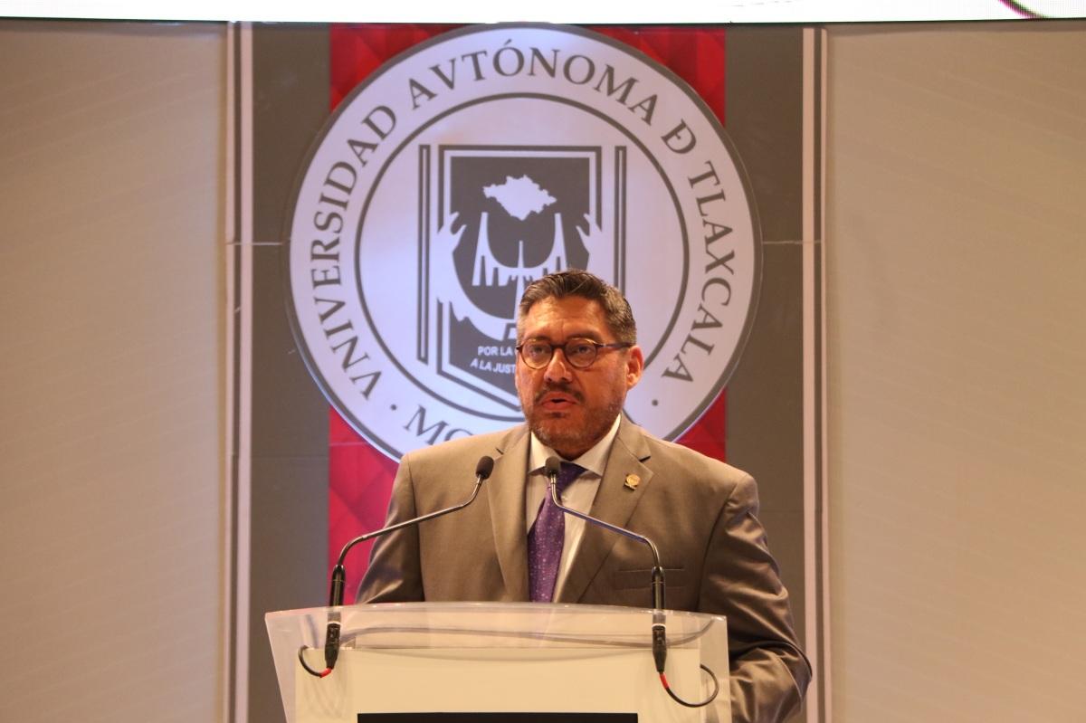 Pese a manifestación, rector de la UATx rinde su informe anual deactividades