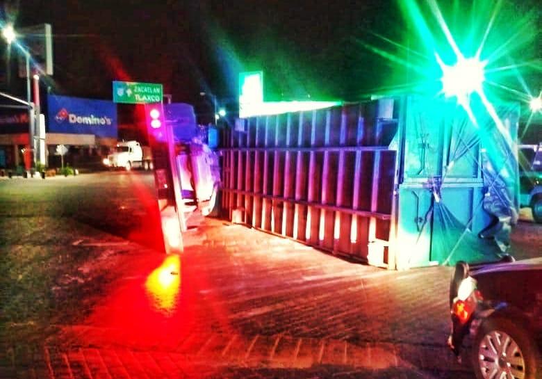 Volcadura de trailer en LaMaquinita