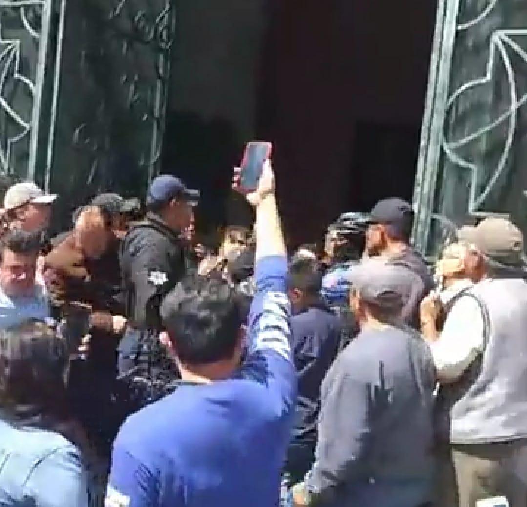 Detenidos deja incidente violento en Apizaco, deudos confrontan a policías en unsepelio