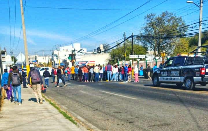 Bloquean paterfamilas carretera enTzompantepec
